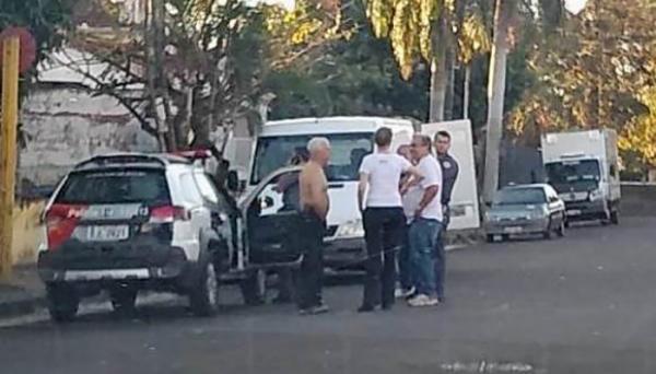 Autoridades chegam ao local onde a idosa foi encontrada morta (Foto: Mateus Rogero/Folha Regional Adamantina).