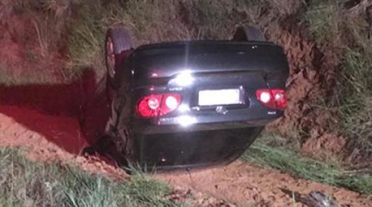 Veículo capotou na SP-294, na noite desta sexta-feira (Fotos: João Mário Trentini)