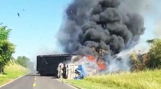 Após o choque, caminhão e carreta pegam fogo (Foto: Valdecir Luís/Reprodução Bastos Já).