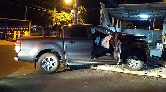 Após anunciar o assalto e assumir comando do veículo, ladrão bate em dois carros e no muro de uma residência (Foto: Valdecir Luis/Reprodução Facebook).