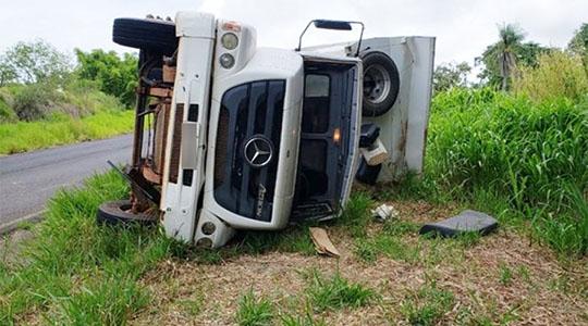 Caminhão tombou e  motorista ficou levemente ferido (Reprodução/Bastos Já).