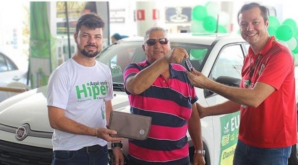 Daniel Antônio dos Santos, morador de Osvaldo Cruz, recebe as chaves da picape Fiat Toro (Divulgação).