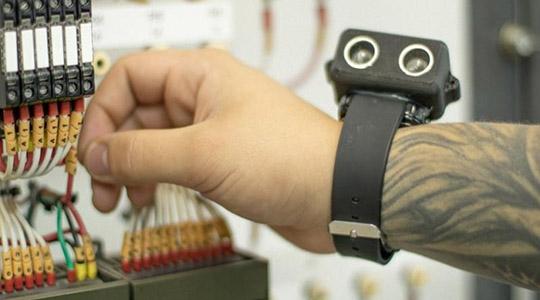 Complementar à bengala, pulseira é capaz de alertar deficientes visuais quanto à presença de obstáculos elevados (Fotos: Campos Fotografia)