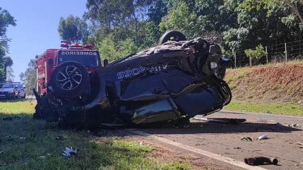 Por motivos a apurar, condutora perdeu o controle da direção do veículo, que saiu da pista e capotou (Foto: Cristiano Nascimento/CN News).