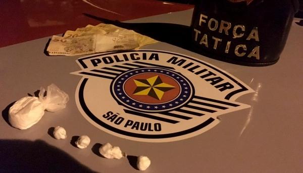 Cocaína foi jogada em bueiro e recuperada pela Polícia Militar com apoio do Corpo de Bombeiros (Foto: Cedida/PM).