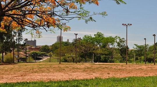 Nova quadra poliesportiva, com arquibancada, banheiros e alambrado, será construída na área das quadras de areia e pista de skate, no Parque dos Pioneiros (Arquivo/Siga Mais).