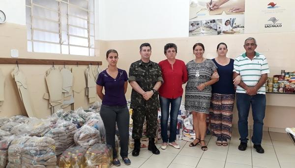 Parte dos alimentos arrecadados, com os organizadores da Campanha, realizada neste mês de novembro, em Adamantina (Foto: Da Assessoria).