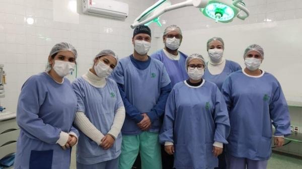 Equipe pioneira na realização da cirurgia de prótese total de quadril na Santa Casa de Adamantina  (Acervo Pessoal).