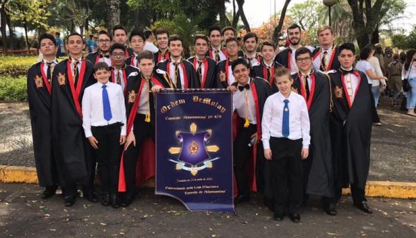 Recente participação dos integrantes do Capítulo Adamantina da Ordem DeMolay, no desfile de 7 de Setembro, realizado na cidade (Foto: Reprodução).