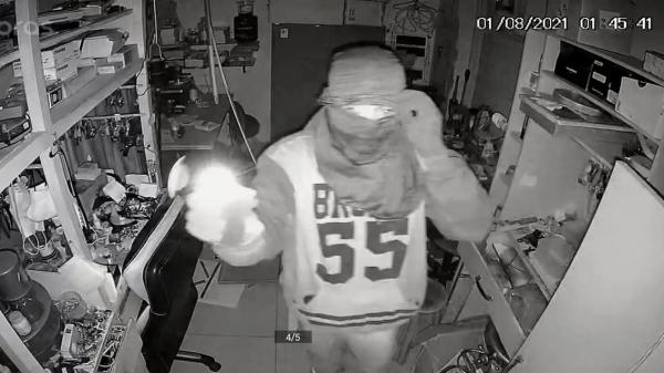 Câmeras registraram a ação do assaltante na relojoaria (Divulgação).