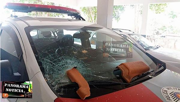 Viatura da Polícia Militar sofreu danos, com arremesso de telhas, pelo agressor que ameaçava matar a própria mãe (Foto: Panorama Notícia).