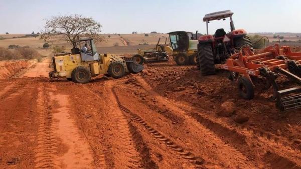 Trabalhadores e máquinas fazem melhorias na estrada rural (Divulgação/PMM).