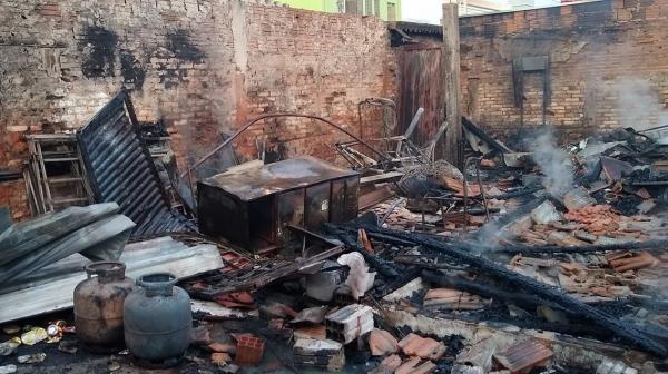 Casa ficou completamente destruída (Foto: Valdecir Luis de Sousa).