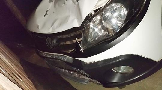 Carro foi localizado pela Polícia Militar, e duas pessoas envolvidas no atropelamento foram presas (Foto: Cedida/PM).
