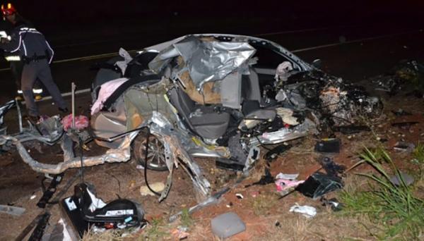 Acidente envolve automóvel Corolla com placas de Osvaldo Cruz. (Fotos-Cristiano Nascimento-Portal e Rádio Metrópole FM).