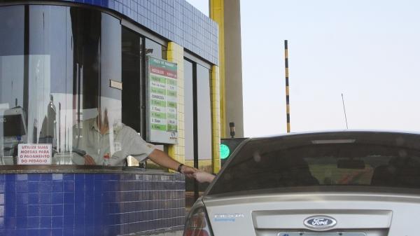 Evadir-se do pagamento do pedágio pode caracterizar infração grave prevista no Código de Trânsito Brasileiro,  com multa no valor de R$ 195,23 e 5 pontos na CNH (Foto: Marcos Santos/ Usp Images).