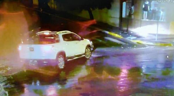 Câmeras de vigilância flagram veículo envolvido no acidente que fugiu do local (Reprodução).