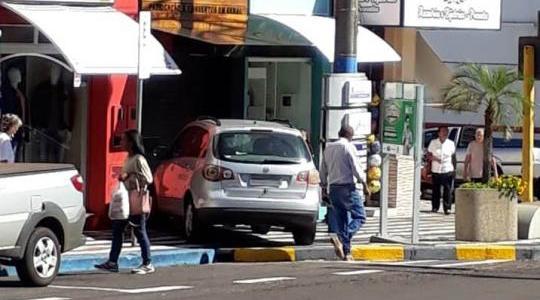Carro invadiu loja, causando danos materiais. Ninguém se feriu (Reprodução: OCNET).