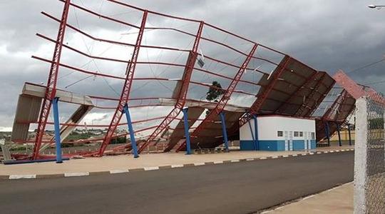 Diferentemente do terminal da zona sul, equipamento da zona oeste não contava com reforço nos postes de sustentação da estrutura (Foto: Reprodução/Prudente Imprudente).