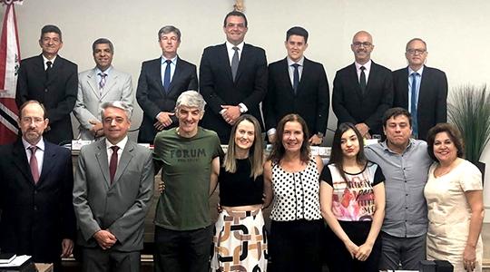 Vereadores, os profissionais homenageados e familiares, e o delegado do CREF4SP, Júlio Monteiro (Da Assessoria).