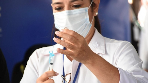 Vacinação imuniza em primeira dose ou dose única as idades chamadas, bem como aqueles com agendamento para recebimento da segunda dose (Foto: Ministério da Saúde).