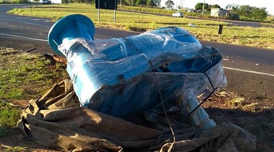 Peça era transportada na carroceria de caminhão e caiu no acostamento (Foto: Claudemir Américo dos Santos).
