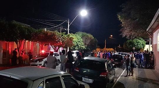 Confusão em frente à casa do prefeito de Guaimbê. Prefeitura informou que não tinha participação na organização dos jogos e diz que vereador da cidade era um dos organizadores (Reprodução).
