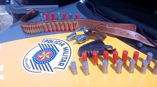 Revólver calibre 38 e munições do mesmo calibre e outras do calibre 12 foram encontrados em veículo fiscalizado pela PM Rodoviária na SP-294, em Adamantina (Foto: Cedida/PM Rodoviária).