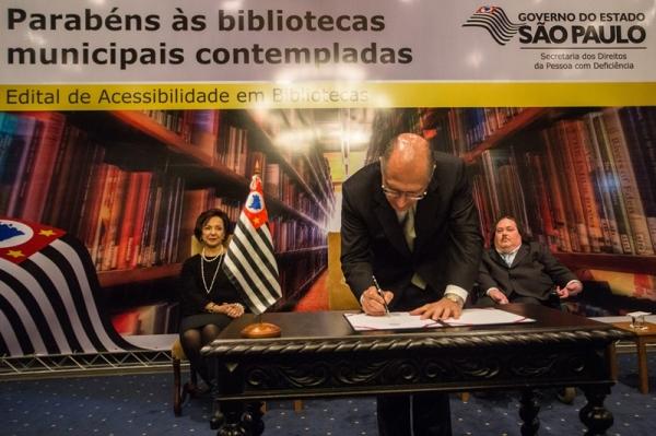 Governador Geraldo Alckmin assinou convênio que garante equipamentos especiais à Biblioteca Municipal de Adamantina (Fotos: A2img / Eduardo Saraiva).