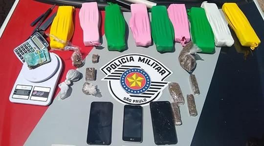 Droga, balança, celulares e dinheiro apreendidos pela Polícia Militar (Foto: Cedida/PM).