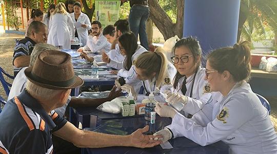 1º Mutirão de Diabetes atende 200 pessoas em ação na praça Élio Micheloni; evento foi organizado pela Liga Acadêmica de Endocrinologia e Metabologia de Adamantina (Laema), ligada ao curso de Medicina da UniFAI, com apoio da Pró-Reitoria de Extensão e da Prefeitura (Arquivo Pessoal).