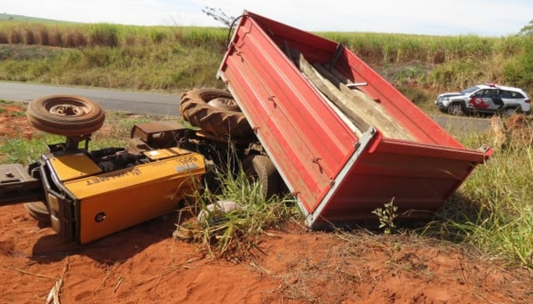 Trator que a vítima conduzia não conseguiu subir ladeira, desceu desgovernado e acabou tombando sobre o próprio condutor, que foi socorrido, mas não resistiu (Fotos: Cristiano Nascimento/FM Metrópole).