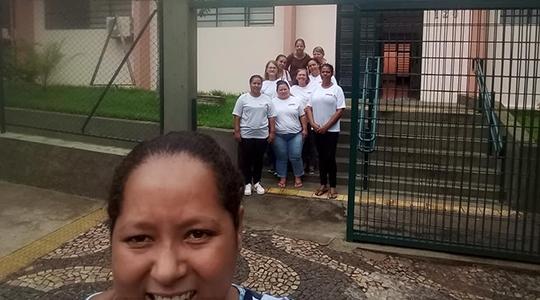Parte do grupo de trabalhadoras, na porta da Diretoria Regional de Ensino de Adamantina (Reprodução).