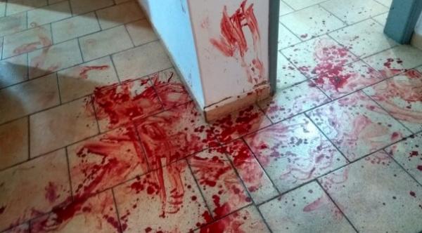 Manchas de sangue pela casa, onde o pai tentou contra a vida da filha, utilizando-se de uma machadinha e martelo (abaixo), que foram apreendidos pela Polícia Militar (Foto: Reprodução/FM Metróplole).