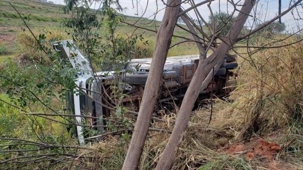 Um dos caminhões tombou logo após a colisão traseira (Foto: Corpo de Bombeiros).