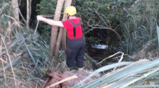 Carro caiu em ribanceira após motorista perder controle de direção, na vicinal que liga Osvaldo Cruz a Salmourão (Reprodução/OCNET).