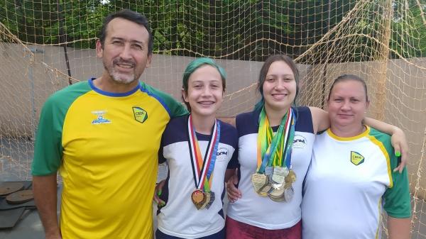 Os filhos Guilherme Barbosa e Júlia Barbosa com os pais, o treinador Carlos Alberto Gomes Barbosa e a mãe Roseli Lahr Barbosa (Divulgação).