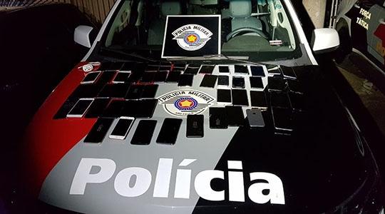 Na ação, Polícia Militar recuperou 54 celulares furtados de loja na madrugada desta sexta-feira (Foto: Cedida/PM).