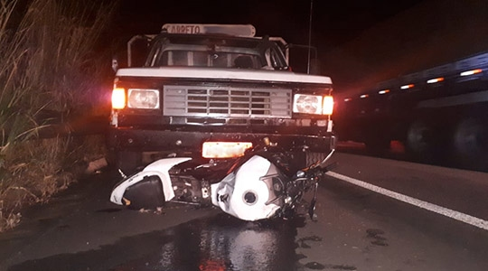 Um dos acidentes, com vítima fatal, na noite desta quarta-feira (3), na Rodovia Assis Chateaubriand, em Parapuã (Foto: Cristiano Nascimento/Portal FM Metrópole).