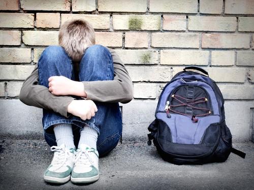 Adolescente sofria bullying e levou soco, e a agressão prosseguiu frente à omissão de socorro da escola (Imagem: Ilustração).