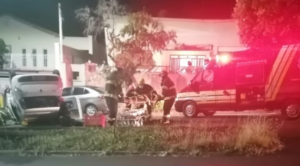 Equipe de resgate do Corpo de Bombeiros presta atendimento no local do acidente, na Avenida Deputado Cunha Bueno, entre as ruas Euclides da Cunha e Joaquim Nabuco (Foto: Cedida).