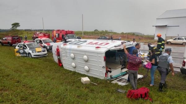 Ambulância tomou em trecho de curva, na SP-294 (Fotos: Reprodução/Site Mais Tupã).