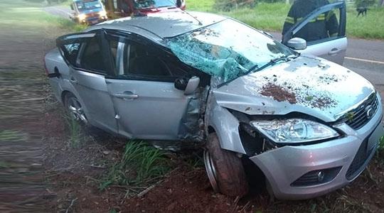 Veículo ficou destruído. No automóvel estavam o motorista e cinco passageiros, socorridos pelo Corpo de Bombeiros (Cristiano Nascimento/Portal FM Metrópole).