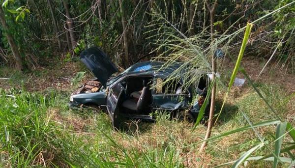Carro caiu na ribanceira e depois capotou: o condutor teve ferimentos (Foto: Cedida/PM Rodoviária).