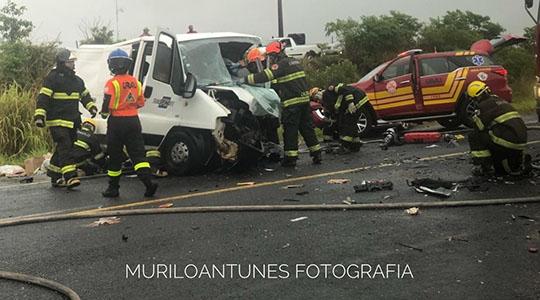 Van de carga é um dos veículos envolvidos no acidente na tarde desta quarta-feira, em Martinópolis (Cedida: Murilo Antunes).