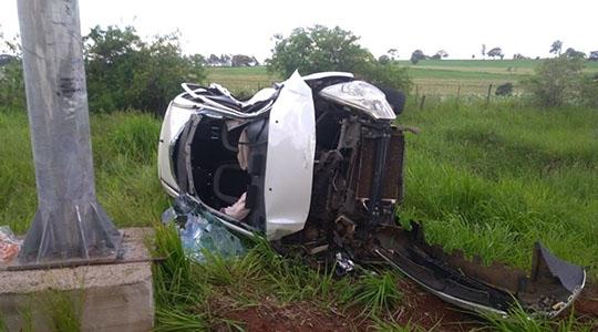 Veículo capotou e motorista ficou preso às ferragens em rodovia da região (Cedida/Corpo de Bombeiros).