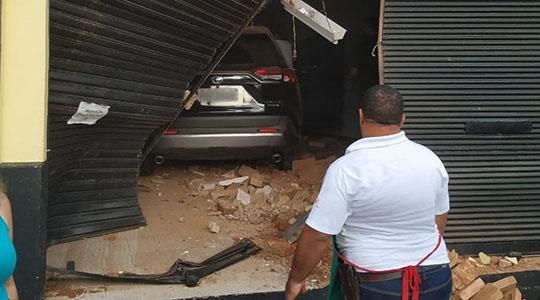 Motorista perdeu controle de direção, bateu em outros carros e invadiu imóvel desocupado (Foto: Irisvaldo Nishiura).