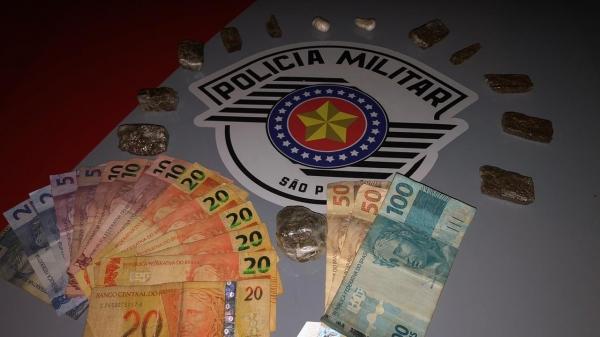 Drogas e dinheiro apreendidos na operação realizada no Jardim Brasil. Um homem foi preso em flagrante, acusado de tráfico de drogas (Foto: Cedida/PM).