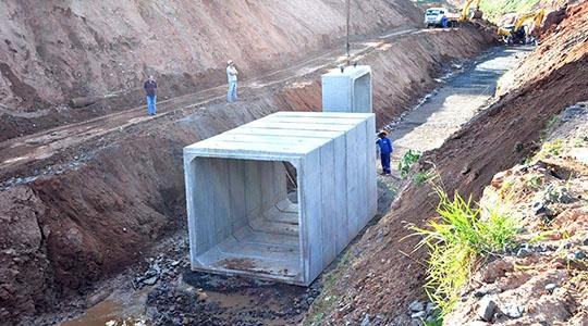 Aduelas de concreto começaram a ser instaladas na obra de canalização do Parque dos Pioneiros (Foto: Da Assessoria).