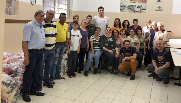 Entidades assistenciais, representantes do Fundo Social de Solidariedade e da Cabeludo Eventos, na entrega dos alimentos arrecadados no ARF 2018 (Foto: Divulgação).